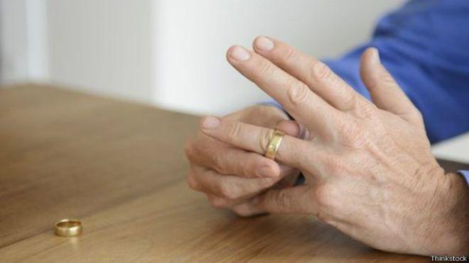 Membros do grupo de apoio a homns gays casados estão em diferentes estágios: alguns apenas suspeitam que são gays, enquanto outros já contaram a suas esposas