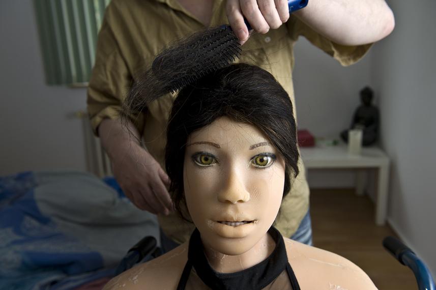 Dirk kŠmmt Jenny die Haare.