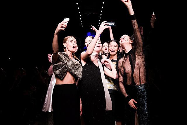 Modelos fazendo uma shameless selfie (selfie descarada, em tradução livre) após o desfile da marca Walk of Shame, durante o AW14's Aurora Fashion Week
