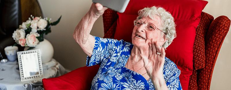 Atendimento psicológico online ajuda idosos a superar traumas do isolamento social