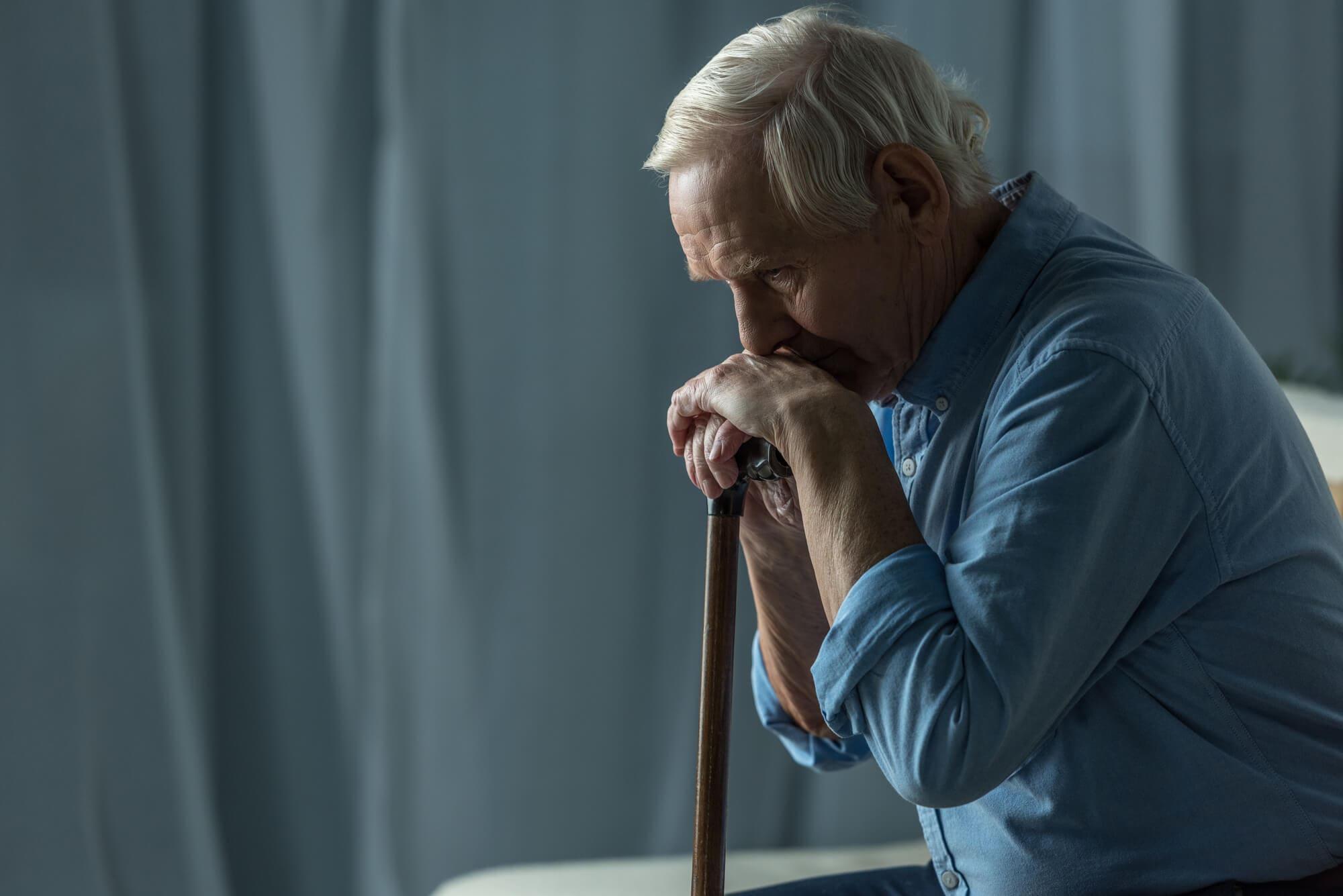 Depressão na terceira idade se manifesta com reclusão e queixas de dores físicas